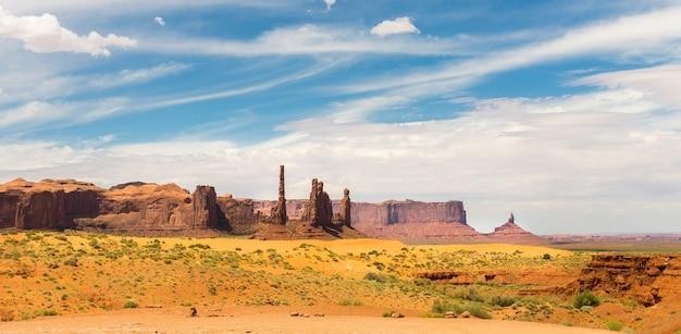 Malownicze piaskowce, zachmurzone niebo w monument valley