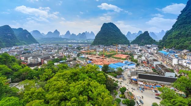 Malownicze poranne azjatyckie miasto wiejskie