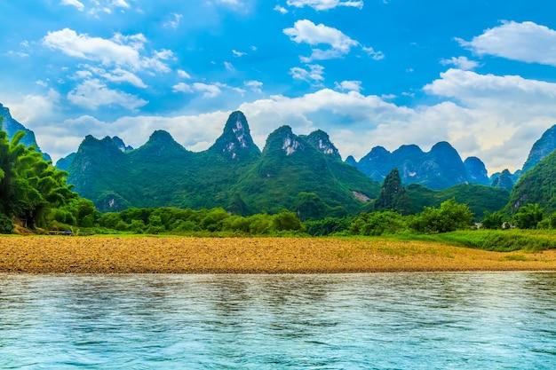 Malownicze rafting zielone sceny wzgórzu piękne