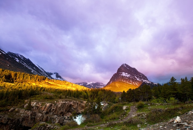 Malownicze skaliste szczyty glacier national park, montana, usa