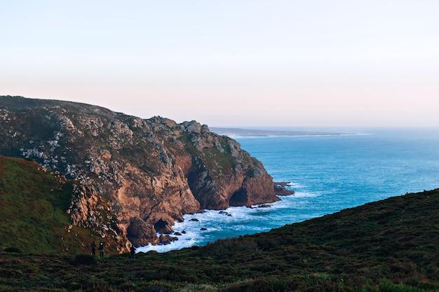 Malownicze skaliste wzgórza nad brzegiem oceanu