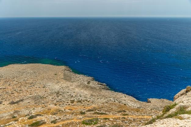 Malownicze widoki na wybrzeże morza śródziemnego ze szczytu góry