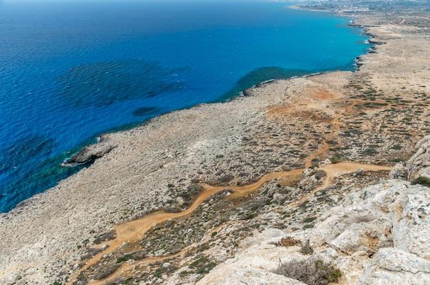Malownicze widoki na wybrzeże morza śródziemnego ze szczytu góry.
