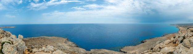 Malownicze widoki ze szczytu góry na wybrzeżu morza śródziemnego.