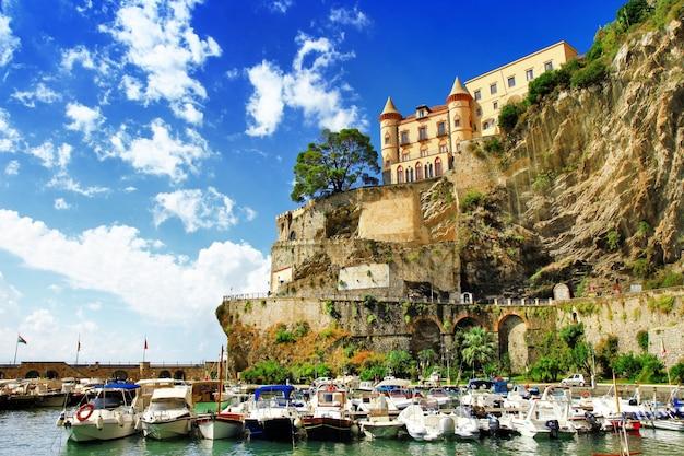 Malownicze wybrzeże amalfi, wioska minori, widok z łodziami i zamkiem, włochy