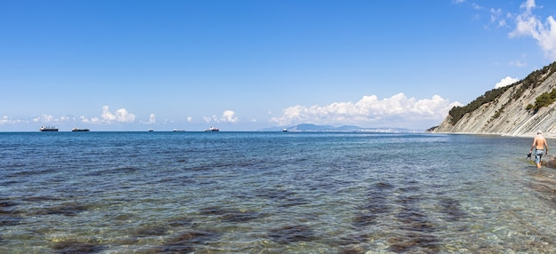 Malownicze wybrzeże morskie i dzika plaża u podnóża skał w bezpośrednim sąsiedztwie kurortu gelendzhik.