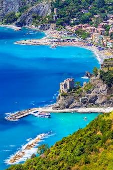 Malownicze wybrzeże włoch, liguria, wieś monterosso al mare.