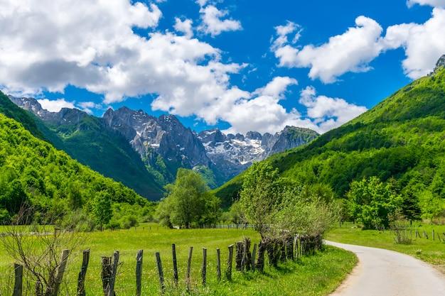 Malownicze zaśnieżone szczyty wysokich gór.