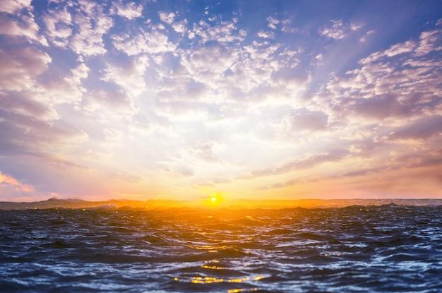 Malowniczy kolorowy zachód słońca na wybrzeżu morza. dobre dla tapety lub obrazu tła.