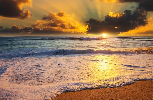 Malowniczy kolorowy zachód słońca na wybrzeżu morza. dobry na tapetę lub obraz w tle. piękne krajobrazy przyrody