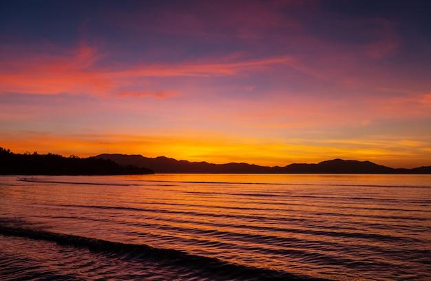 Malowniczy Kolorowy Zachód Słońca Na Wybrzeżu Morza. Dobry Na Tapetę Lub Obraz W Tle. Premium Zdjęcia
