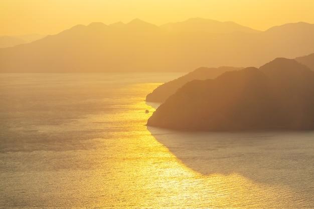 Malowniczy kolorowy zachód słońca na wybrzeżu morza. dobry na tapetę lub obraz w tle.