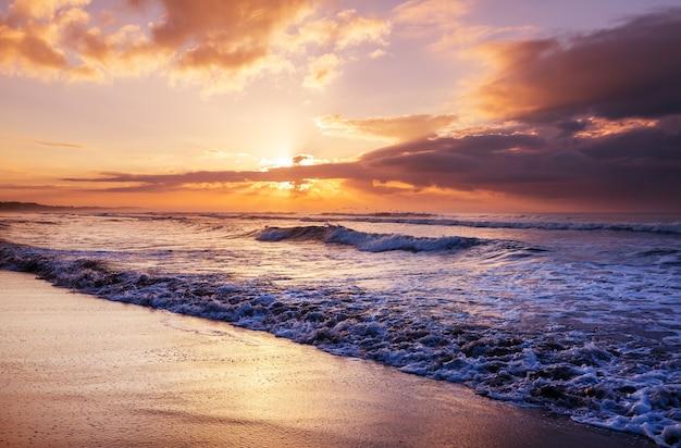 Malowniczy kolorowy zachód słońca na wybrzeżu morza. piękne krajobrazy przyrody