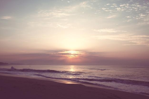 Malowniczy kolorowy zachód słońca na wybrzeżu morza.