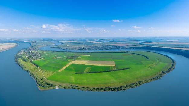Malowniczy krajobraz na porannej łące i wielkiej rzece