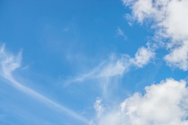Malowniczy krajobraz przyrody z pięknymi chmurami cirrus w błękitne niebo. kolorowy cloudscape z spindriftowymi chmurami w błękitne niebo. tle przyrody niebo z chmurami cirrostratus. naturalne pochmurne niebo tło.