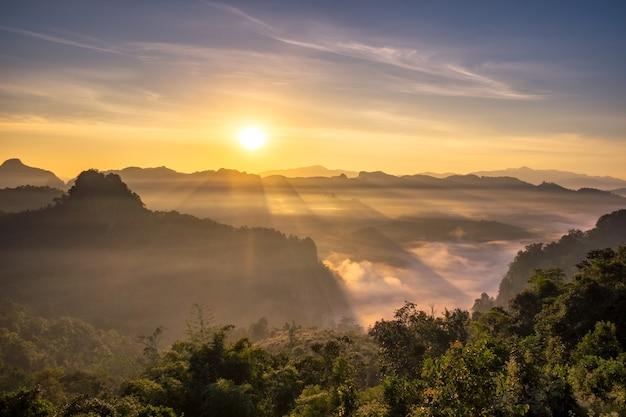 Malowniczy krajobraz słoneczny nad wzgórzem rano, baan jabo, mae hong son, tajlandia