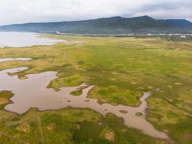 Malowniczy krajobraz widok z lotu ptaka na rzekę polną i dorzecze na tle naturalnej góry