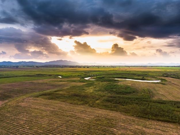 Malowniczy krajobraz widok z lotu ptaka pola z pochmurnego nieba