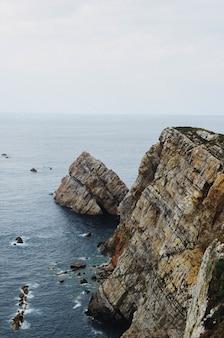 Malowniczy krajobraz wybrzeża oceanu atlantyckiego w pobliżu cabo de penas w asturii, hiszpania