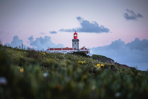 Malowniczy krajobraz z latarnią morską o zachodzie słońca w sintra portugalia