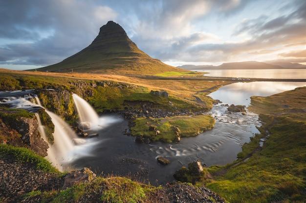 Malowniczy obraz islandii. wspaniały widok na słynną górę kirkjufell podczas wschodu słońca. popularne miejsca podróży.
