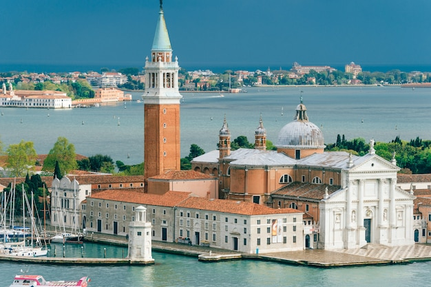 Malowniczy odgórny widok przy san giorgio maggiore wyspą w wenecja, włochy.