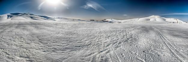 Malowniczy panoramiczny zimowy krajobraz z ośnieżonymi górami we włoszech