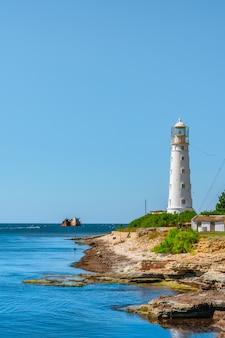 Malowniczy pejzaż morski z latarnią morską na półwyspie tarkhankut krym