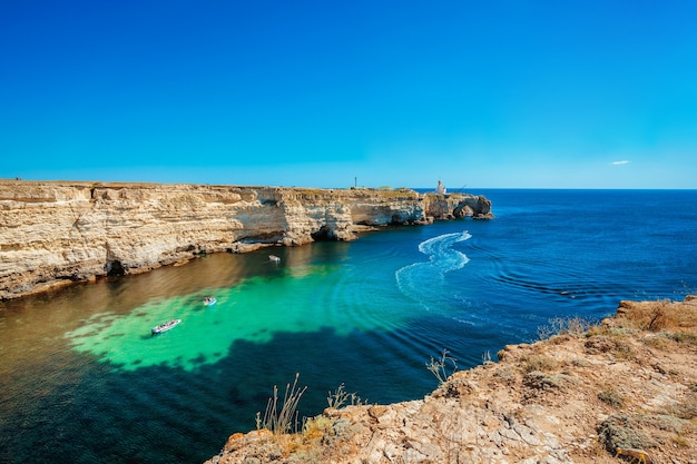Malowniczy pejzaż morski z lazurową wodą i skałami półwysep tarkhankut krym