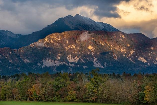Malowniczy pomarańczowy niebieskie niebo na zmierzchu i górach rozciąga się wi jesień z przodu - zdrowy styl życia, podróż, weekendowy wycieczki pojęcie