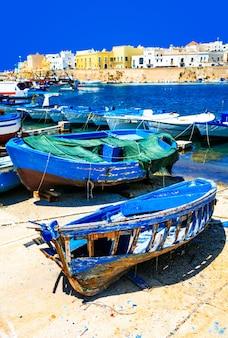 Malowniczy port miasta gallipoli, widok ze starych łodzi, apulia, włochy