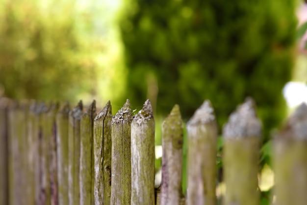 Malowniczy stary drewniany ogrodzenie w ustronnej wsi szwajcaria.