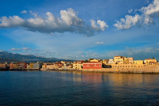 Malowniczy stary port chania kreta grecja