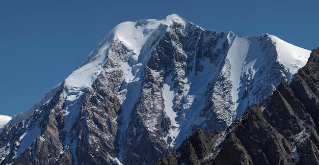 Malowniczy szczyt górski, śnieg, lodowce i strome skaliste zbocza