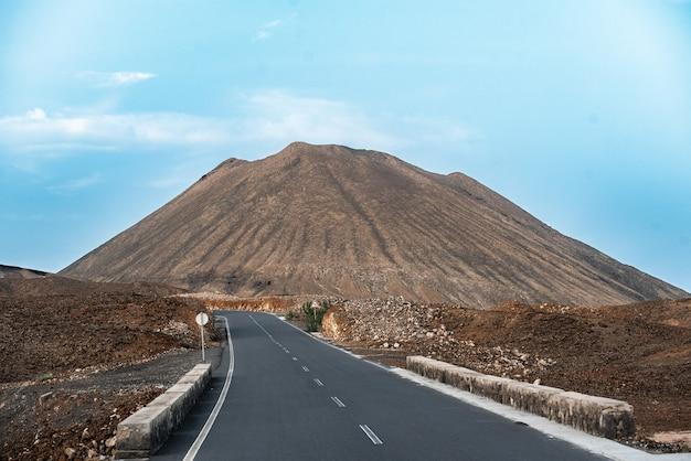 Malowniczy widok na drogę prowadzącą do wysokiej góry na tle błękitnego nieba na wyspie santo antao w republice zielonego przylądka, afryka