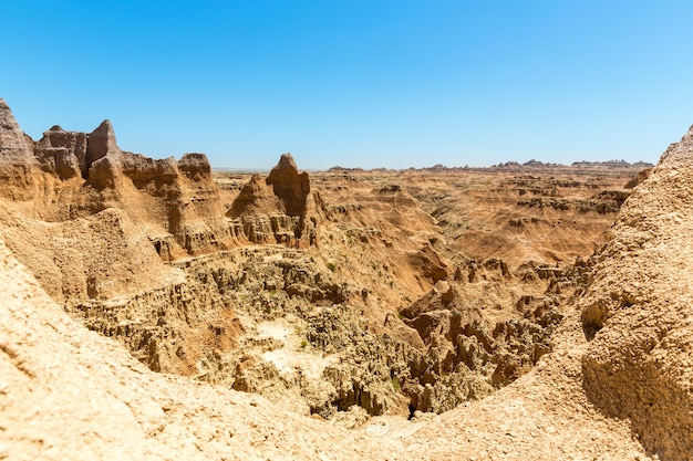 Malowniczy widok na formacje skalne w słoneczny dzień, park narodowy badlands, dakota południowa usa