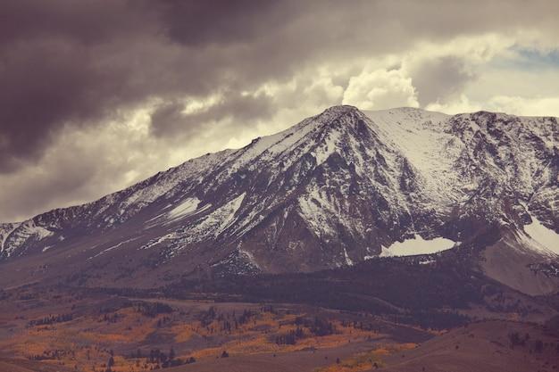 Malowniczy widok na góry sierra nevada. spadek krajobrazu liści. kalifornia, usa.