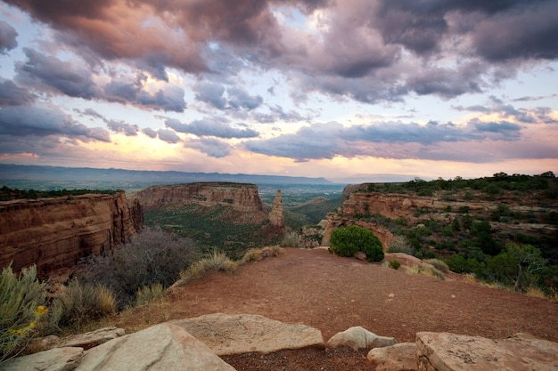 Malowniczy widok na góry w colorado national monument park o wschodzie słońca, usa, stan kolorado