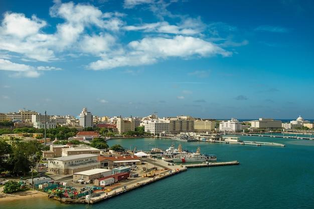 Malowniczy widok na historyczne kolorowe miasto puerto rico w oddali z fortem na pierwszym planie san juan