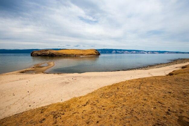 Malowniczy widok na jezioro bajkał z mierzeją i wyspą