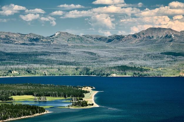 Malowniczy widok na jezioro yellowstone w parku narodowym yellowstone, wyoming usa