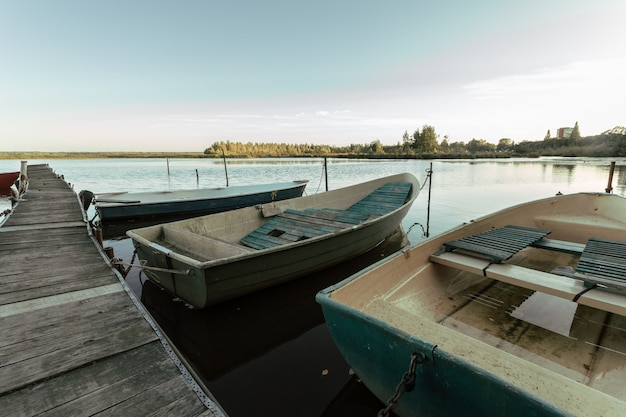 Malowniczy widok na łodzie przy drewnianym molo w rosji.