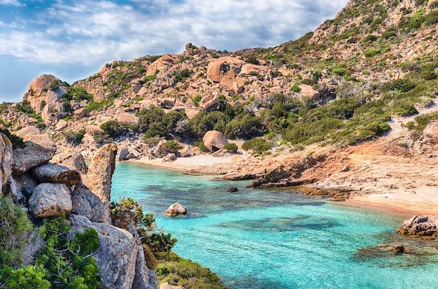 Malowniczy widok na malowniczą cala corsara na wyspie spargi