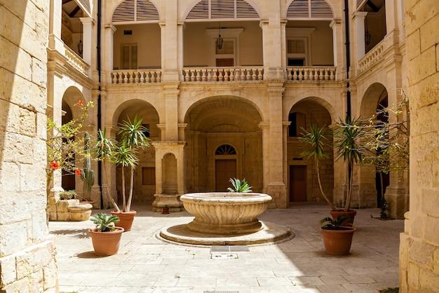 Malowniczy widok na mdinę. zabytki wyspy malta