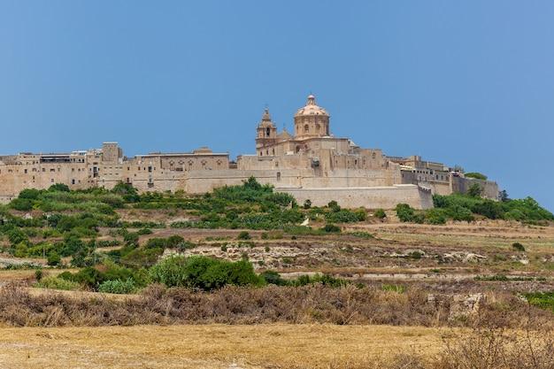 Malowniczy widok na mdinę.zabytki wyspy malta