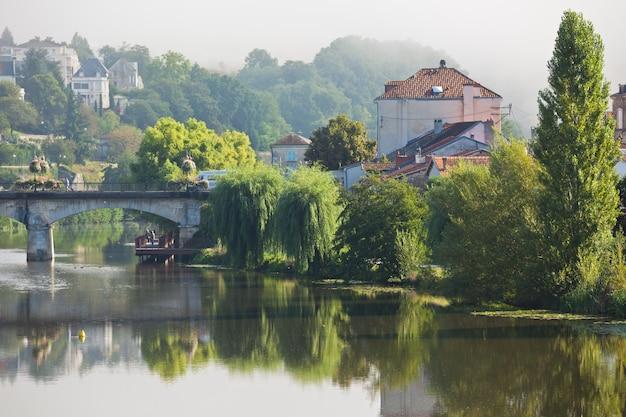 Malowniczy widok na miasto perigueux we francji