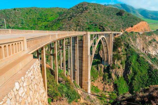 Malowniczy widok na most bixby creek na wybrzeżu big sur w kalifornii