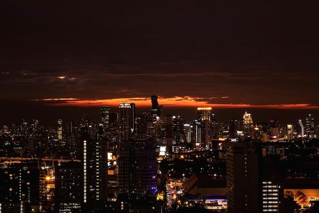 Malowniczy widok na nowoczesne miasto bangkok podczas zachodu słońca
