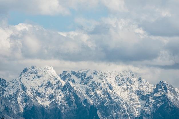 Malowniczy widok na ośnieżone góry przeciw błękitne niebo